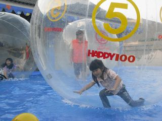 Kids_in_inflatable_floating_balls