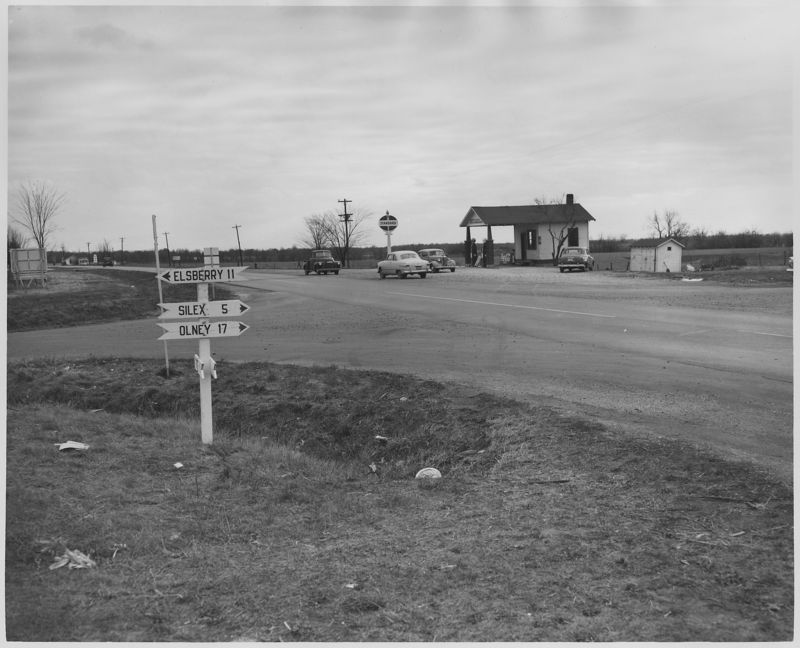 Road_Intersection_and_Standard_service_station,_Highway_61._Rural_Missouri._-_NARA_-_283521